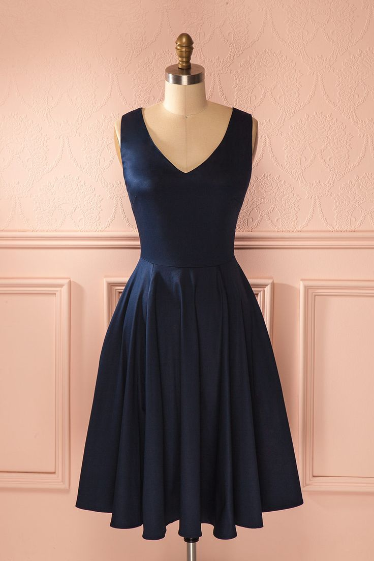 Pinterest: @absolutebela  Du bout des orteils, elle tendit la main pour atteindre la boîte de biscuits tant convoitée. On the tip of her toes, she stretched her arm to reach the coveted cookie jar. Navy retro a-line midi dress www.1861.ca