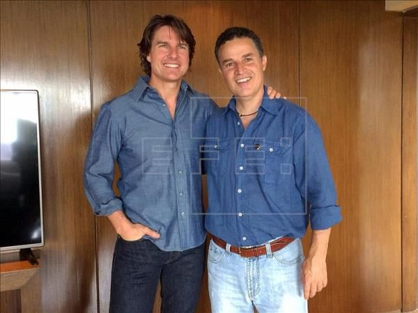 "American actor Tom Cruise (l.) meets with Mayor Anibal Gaviria (r.) of Medellin, Colombia, where the Hollywood star landed last Thursday to begin shooting his latest picture, ""Mena,""in which he plays Barry Seal, a U.S. pilot who worked for the head of the Medellin drug cartel, Pablo Escobar, and who later became a snitch for the DEA. EFE"