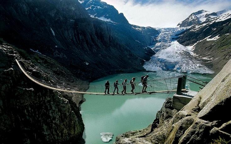 Kto się boi niech nie patrzy, bo most znad jeziora Trift jest jednym z tych, które przyprawiają o dreszcze nawet tych bez lęku wysokości. Zawieszony na linach jest najdłuższym i najwyżej położonym w Alpach, doznania i widok podczas przejścia unikalny, nic dziwnego, że ściąga 20 tysięcy piechurów rocznie.