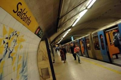 metro_do_saldanha_9.jpg www.jm-madeira.pt400 × 266Pesquisar por imagens As estações do Metropolitano de Lisboa só abrem às 10h00 na terça-feira devido a uma greve parcial dos trabalhadores para contestar as condições de trabalho ...