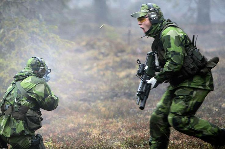Swedish Army Rangers (Fallskärmsjägarna) on live fire exercise.