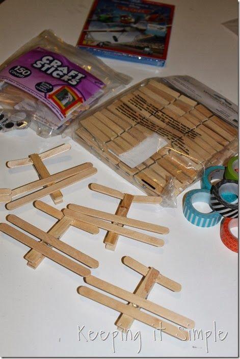 Spiele für Flugzeug/Planes Party: Flugzeuge selber basteln aus Holzstäbchen