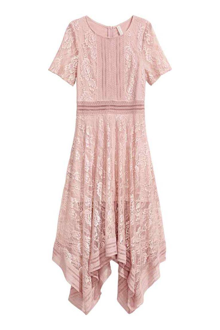 Кружевное платье: Платье длиной до середины икры из кружева с узкими вставками из контрастного кружевного материала. На платье короткие рукава и отрезная талия. Широкая юбка с асимметрично скроенным подолом. Потайная молния сзади. Трикотажная подкладка.