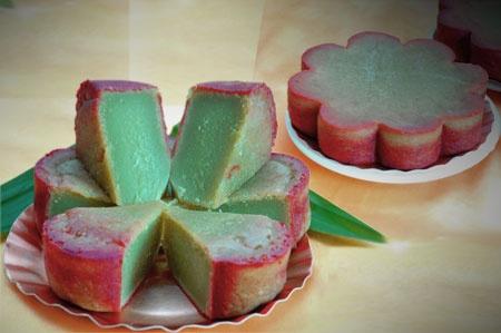 Kue Bolu Kemojo adalah Salah satu jenis kue bolu khas nusantara. Kue ini dikenal sebagai panganan khas kota pekan baru.