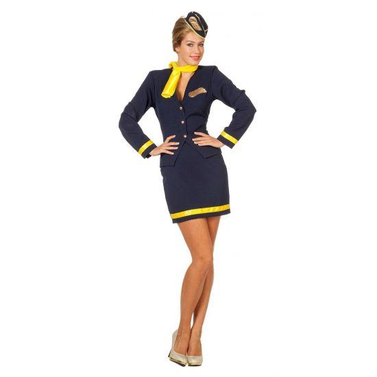 Een stewardess kostuum voor dames bestaande uit een korte blauwe rok met onderaan een gouden bies en een blauw jasje met gouden embleem en een gouden bies op de manchetten. De hoed en de sjaal zijn tevens inclusief.
