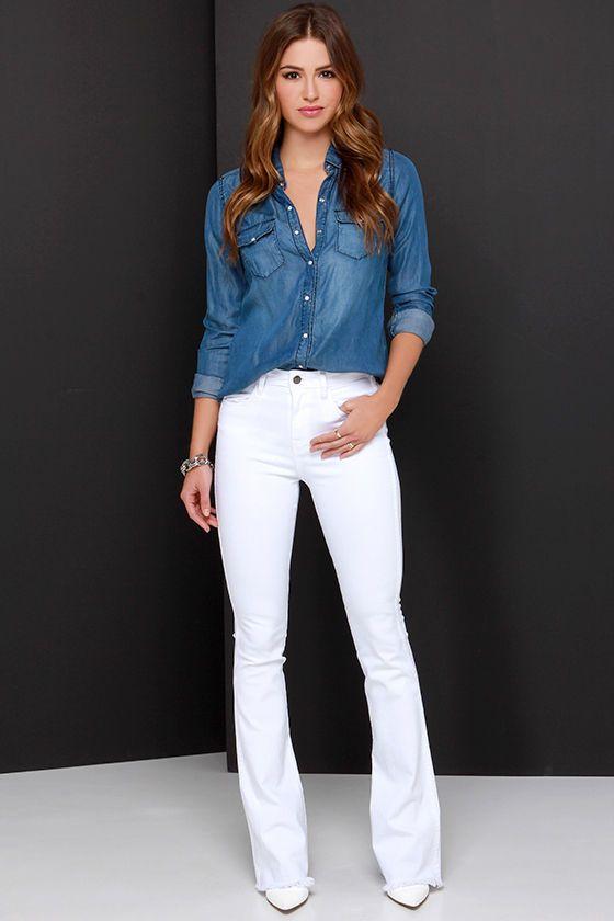 Calça branca com camisa jeans escura.