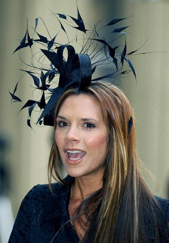 Виктория Бекхэм в шляпе от Филипа Трейси