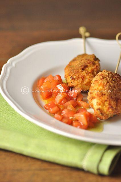 Spedini di polpette di pollo alla salvia con dadolata di pomodori piccante