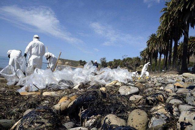 Около 80 тысяч литров сырой нефти вылилось в океан из поврежденной трубы у побережья американского города Санта-Барбара в штате Калифорния