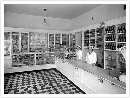 Kuva 01. Hyllyt järjestyksessä Museokatu 19:n leipäkaupassa. Helsingin kaupunginmuseo, 1930-luku.