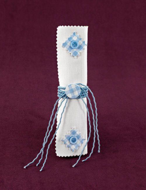 www.mpomponieres.gr Μπομπονιέρα βάπτισης σε σχήμα πάπυρου από πικέ λευκό ύφασμα, δεμένος με στριφτό σιέλ κορδόνι και σιέλ καρώ διακοσμητικά για στολισμό. Τα χρώματα κατόπιν συννενοήσης μαζί μας μπορούν να προσαρμοστούν κατά την αρέσκειά σας. Οι διαστάσεις της μπομπονιέρας είναι 18Χ4cm. Στη τιμή περιλαμβάνονται πέντε κουφέτα αμυγδάλου ή smarties. http://www.mpomponieres.gr/mpomponieres-vaptisis/mpomponiera-vaptisis-papiros-pike-me-karo-diakosmisi.html