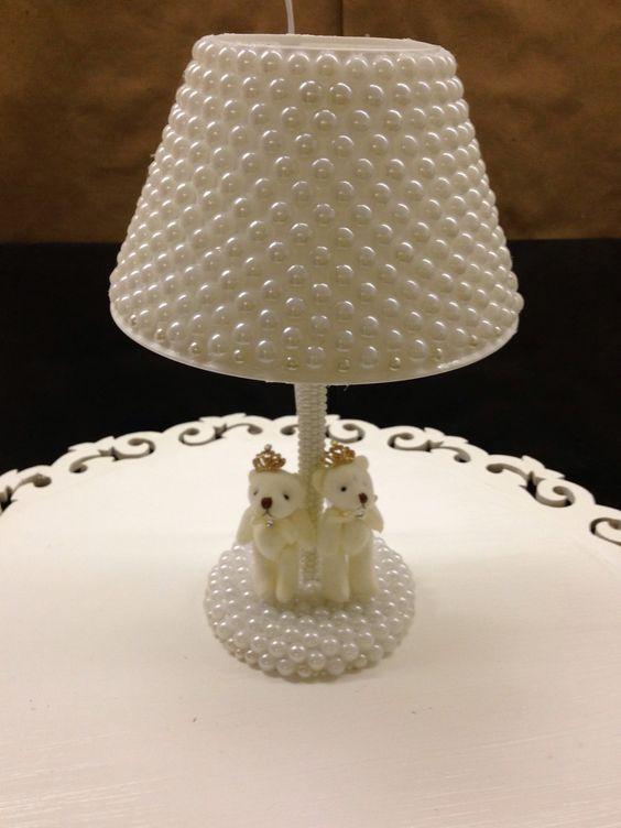 Abajur -  Diy - Existe algo mais romântico, tradicional e eterno do que pérolas? Elas têm uma versatilidade incrível! Decoração com Pérolas - pearls - faça você mesmo - #decor #decorar #diy #perolas #pearls #home @pitacoseachados