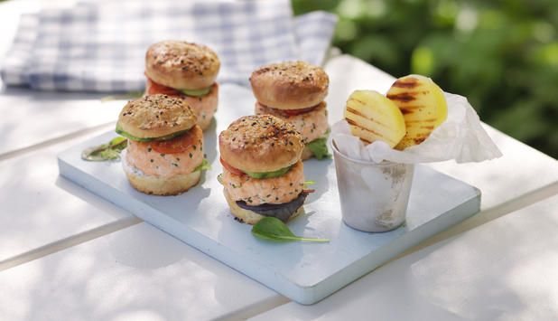 Hjemmelaget lakseburger , Fotograf: Studio Dreyer-Hensley