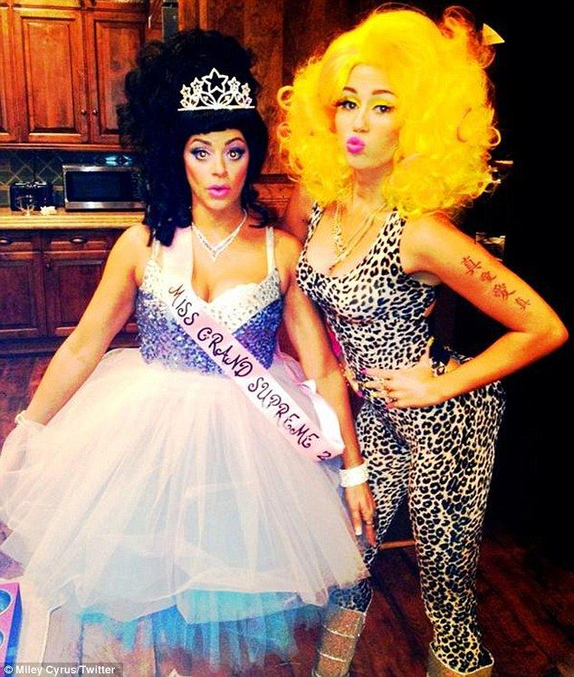 Superbass! #MileyCyrus worked up a fantastic #NickiMinaj tribute #Halloweencostume