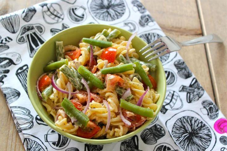 Omdat onze koude pastasalade en de Italiaanse pastasalade zo'n succes zijn, hebben we weer eens een nieuwe pastasalade voor jullie. Deze pastasalade bevat onder andere sperziebonen, cherrytomaatjes en tonijn. Het was de bedoeling om een blikje tonijn toe te voegen aan de pastasalade maar dat was ik stomgenoeg vergeten voordat ik de foto ging maken. Achteraf...Lees Meer »