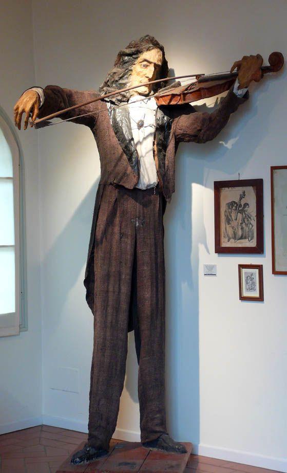 Luigi Varoli/Il trillo del diavolo (Niccolò Paganini)/Scultura in cartapesta, legno e stoffa realizzata per la Segavecchia del 1950 (alt. 252 cm)