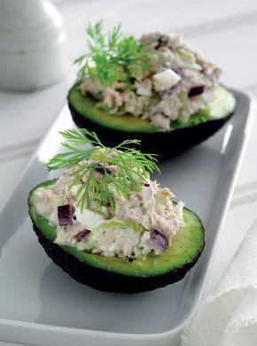 Her får du en skøn opskrift på let og lækker frokost for to. Du kan også servere de fyldte avocadoer som en lækker forret.