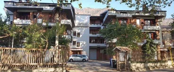 Appartamento mansardato in parco al terzo piano di circa 160 mq, composto da ingresso, salone, cucina, quattro camere, due bagni e ripostiglio. Annesso posto auto nel parco.