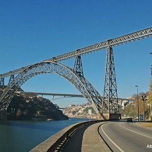 Pont Maria Pia est un pont ferroviaire (pont-rail), pont en arc à deux articulations et pont en fer qui a été construit de 1876 à 1877. Le projet est situé à/en Porto, Porto, Portugal, Europe.