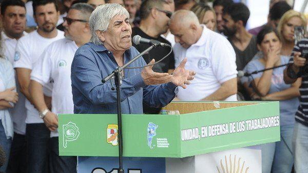 """Hugo Moyano: """"Los gorilas no pueden conducir más el país""""  Foto: Clarín  El sindicalista encabezó un masivo acto en la 9 de Julio junto a otros gremios y sectores políticos. Hubo fuertes expresiones contra el Gobierno. """"Tengo pelotas para defenderme solo"""" dijo.  Foto: Cadena3  El secretario general del gremio de Camioneros Hugo Moyano subrayó hoy que """"los gorilas no pueden estar más"""" en el gobierno y llamó a los trabajadores a """"prepararse"""" para cuando sea el momento de volver a votar…"""