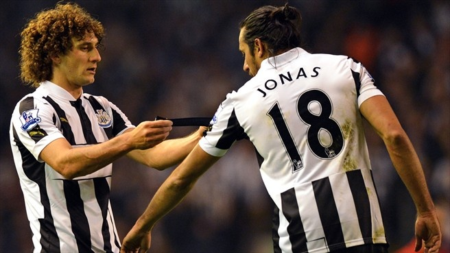Fabricio Coloccini (#Newcastle United FC) Fabricio Coloccini (L) of Newcastle United FC passes the captain's armband to Jonás Gutiérrez after being sent off during the English Premier League football match against Liverpool FC