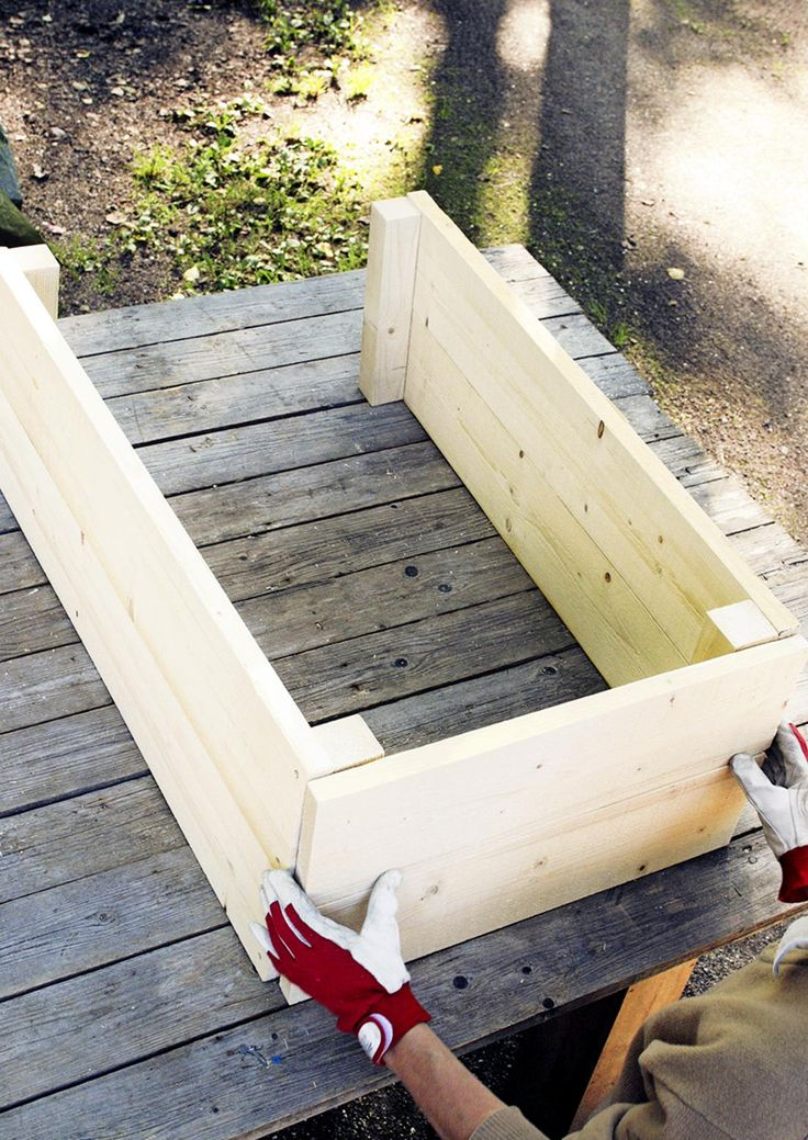 Hennot yrtit kaipaavat suojaa hallaöiltä. Katso Viherpihan ohjeet ja nikkaroi puinen yrttilaatikko helposti ja edullisesti.