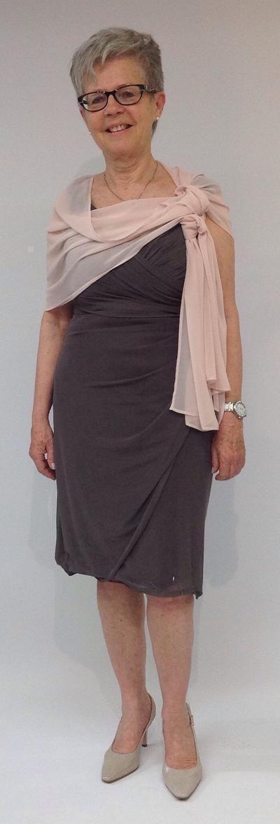 Das luftige Kleid von Comma überzeugt mit geradliniger Schnittführung voller Sinnlichkeit.