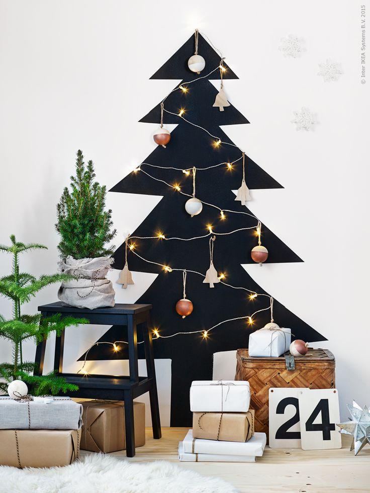 DIY-gran är toppen! Här har vi målat vår gran direkt på väggen, ett compact living-tips i jul för den trångbodda! Klapparna är inslagna med  VINTER 2015 presentpapper, till snören har vi använt enkla jutesnören och VINTER 2015 band. Linnetyget AINA, BEKVÄM pall svart, sockertoppsgran PICEA GLAUCA CONICA, rumsgran ARAUCARIA .