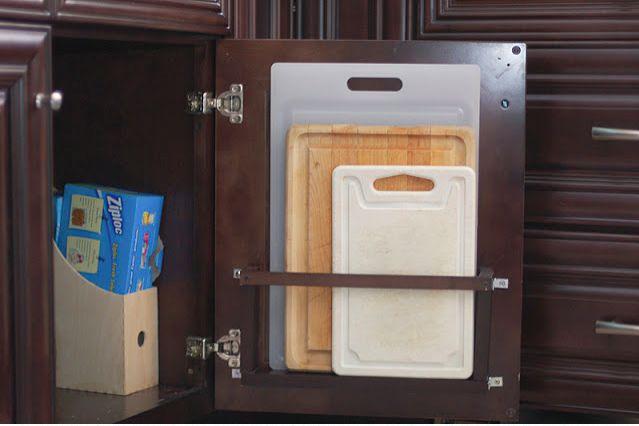 A little ledge/shelf and a rail to store chopping boards on the inside of a kitchen cupboard door. Mini estante y raíl para guardar las tablas de cortar en el interior de la puerta de un mueble de la cocina.