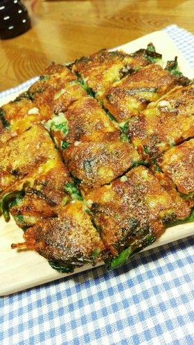 ニラ、人参、とろけるチーズと粉チーズでカリカリに焼いたチヂミです♡玉葱のすりおろし入りで凄いコク!(*^▽^タレ無しで!