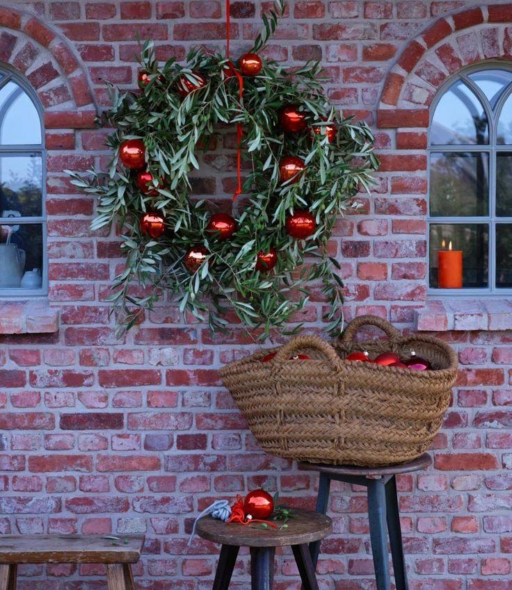 Kugeln machen nicht nur am Weihnachtsbaum eine gute Figur. Der Weihnachtsbaumschmuck kann wunderbar auch in schlichten, grünen Kränzen für weihnachtliche...