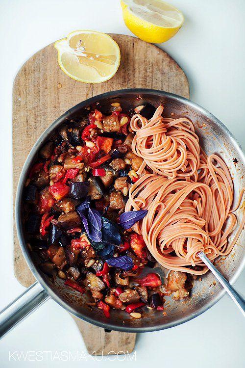 Makaron z bakłażanem, pomidorem, orzeszkami pinii i rodzynkami   Kwestia Smaku