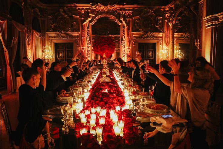 La stagione matrimoniale non poteva che iniziare con una proposta di matrimonio mozzafiato. Rogerinfatti ha organizzato una festa a sorpresa per Natalia, presso Ca' Zenobio a Venezia, e al lume di candela, circondato da fiori, ballerine, musicisti, amici e parenti ha chiesto alla sua amata di sposarlo…che altro dire se non un enorme…SI? 🙂 Ecco …