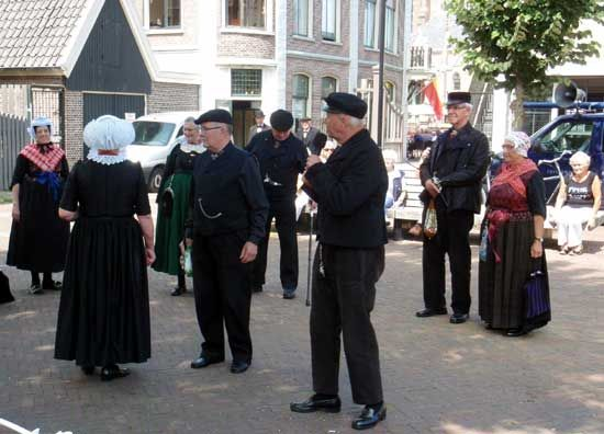 Presentatie van de klederdrachtgroep uit Oldebroek.