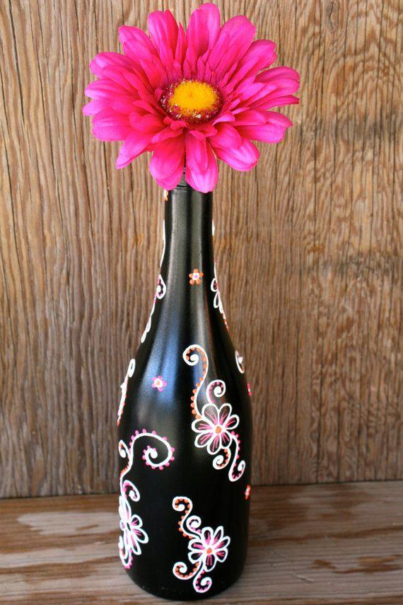 Botella de vino pintado a mano florero, en el ciclo, negro con blanco, rosa y naranja flores, flores estilo Henna