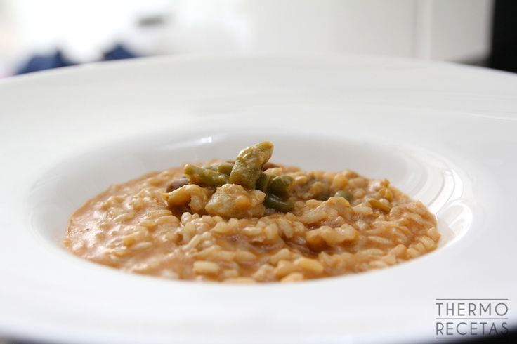 Delicioso arroz meloso con espárragos, judías y guisantes, ideal para veganos, vegetarianos y dietas bajas en grasas.