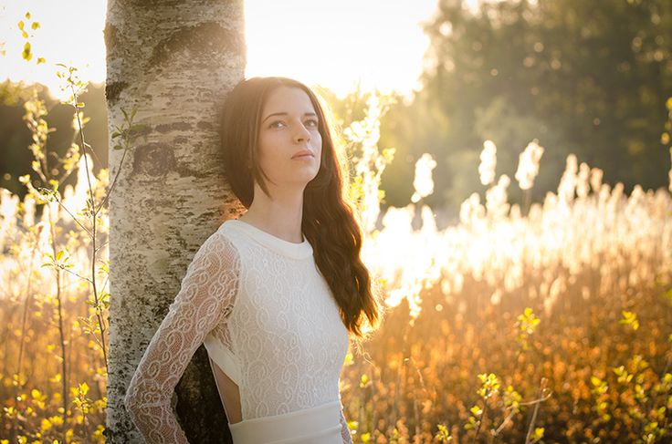 Modell i solnedgång. Skog. Motljus. Tjej. Brunt långt hår. Sagolikt. Magiskt. Model. Sunset. Forest. Backlight. Girl. Brown long hair. Magic. Farytale. By swedish photographer Maria Lindberg www.fyrfotareportage.se