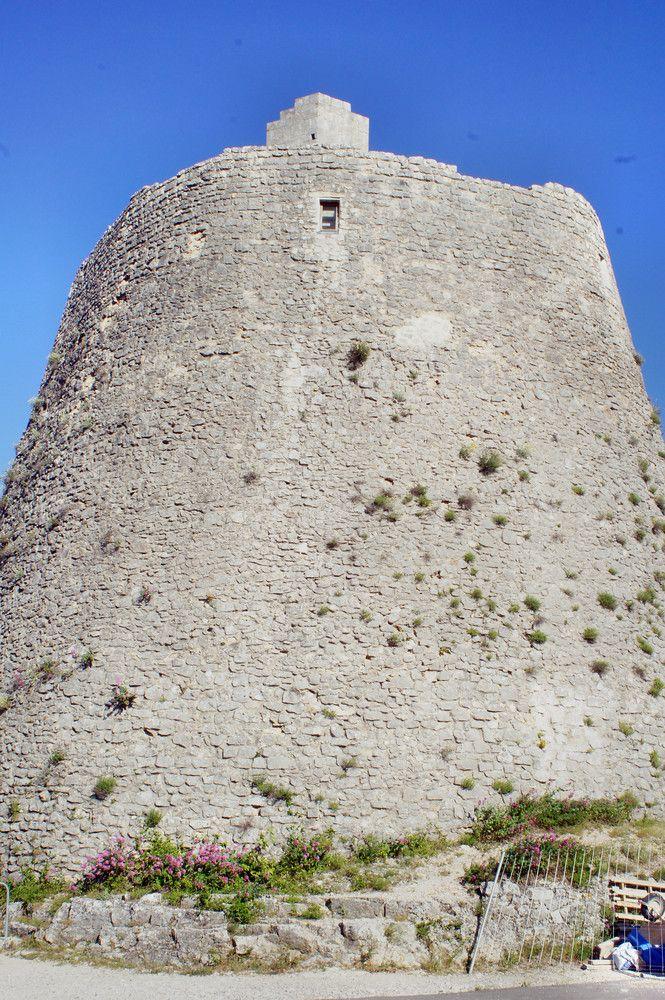 Zamek Rotunda, którego głównym elementem jest wielka wieża w której odbywają się koncerty i wystawy. W zamku mieści się też laboratorium aromaterapii.