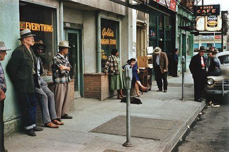 Fred Herzog est, comme Saul Leiter, un des pionniers de l'utilisation de la couleur dans la photographie de ru...