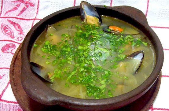 Chilcano De Pescado Ingredientes: 6 filetes de pescado 1 k cabezas y espinazo de pescado ¼ taza de aceite 3 dientes de ajo molidos 1