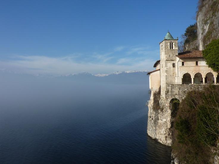 Nebbia sul Lago Maggiore da Santa Caterina del Sasso
