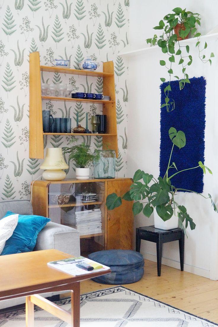 living room, old house, old furnitures, houseplants, wool carpet, Furninova Vesta couch, wood sideboard, boråstapeter wallpaper, teak, retro, vintage, blue rya, finnish glass,