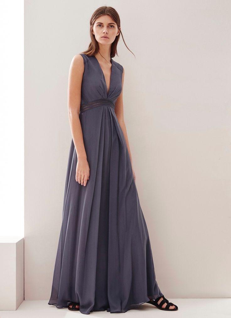 Vestido vaporoso de seda en color azul anochecer. Corte imperio, profundo escote de pico y detalles calados en la cintura y en la espalda.