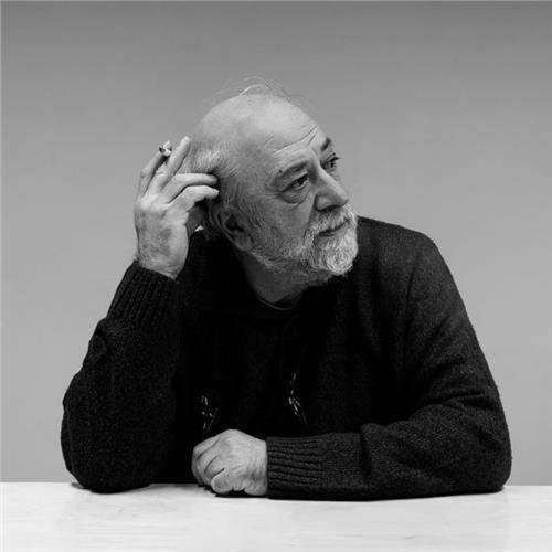 Ανανεώνοντας την τέχνη του πορτρέτου: Ελληνες μέσα από τον φακό του Αντρέα Σιμόπουλου - Παντελής Βούλγαρης,  Έλληνας σεναριογράφος και σκηνοθέτης.