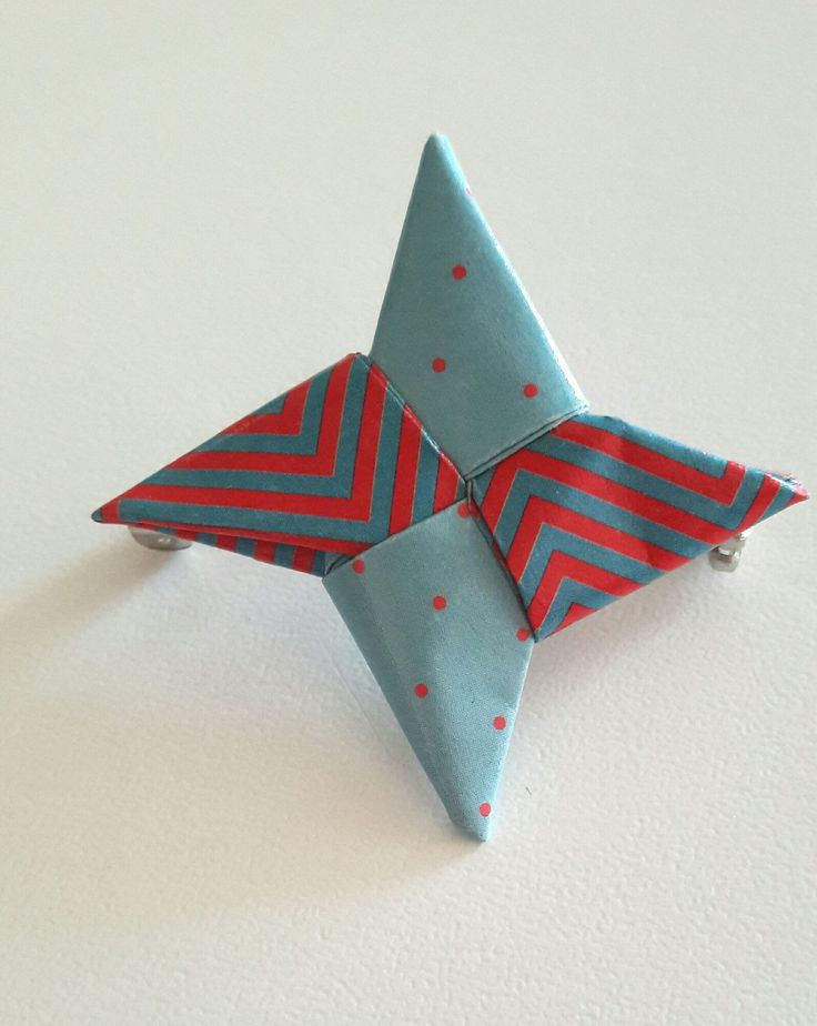 Broche Shuriken origami bleu pastel et rouge : Broche par papiersetcartons