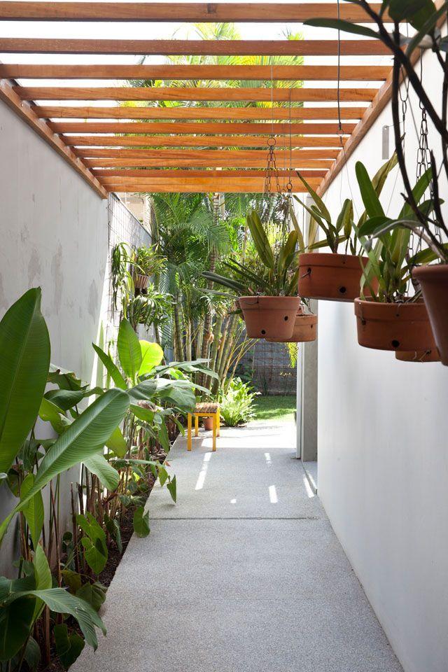 A reforma de um sobrado paulistano, deteriorado após 40 anos de uso, levou ao escritório Casa14 Arquitetura, das arquitetas Mariana Andersen e Mariana Guardani, o desafio de repensar o projeto original dos anos 70.