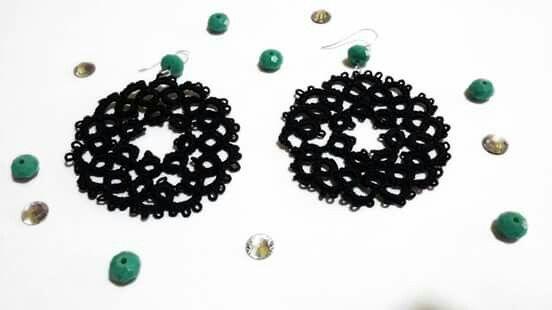 Orecchini neri con pietra verde