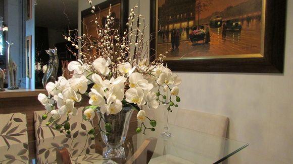 Orquídeas artificiais no vaso de cristal