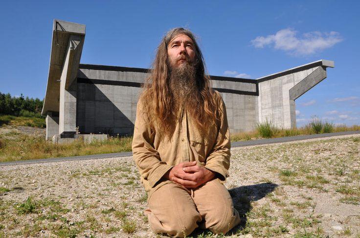 Longkamp - Friedmunt Sonnemann wohnt in einer Lehmhütte bei Longkamp. Ohne Strom, ohne fließendes Wasser. Seit Jahren kämpft der Einsiedler gegen den ...