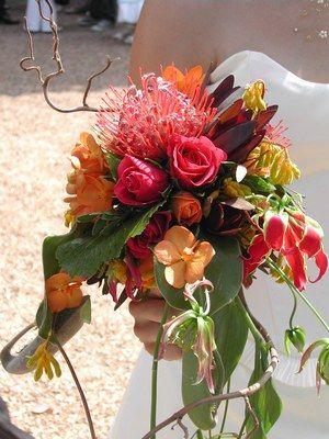 Bouquet Bebloom - Bouquet de mariée - Une explosion de couleurs et de formes pour ce bouquet unique. Bebloom, prix sur devis. Notre conseil : des couleurs punchy et un clin d'oeil exotique idéal pour sublimer une ligne de robe classique...
